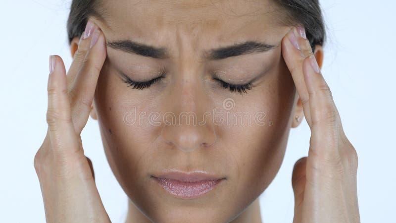 Emicrania, fine su della ragazza tesa, fondo bianco in studio fotografia stock libera da diritti