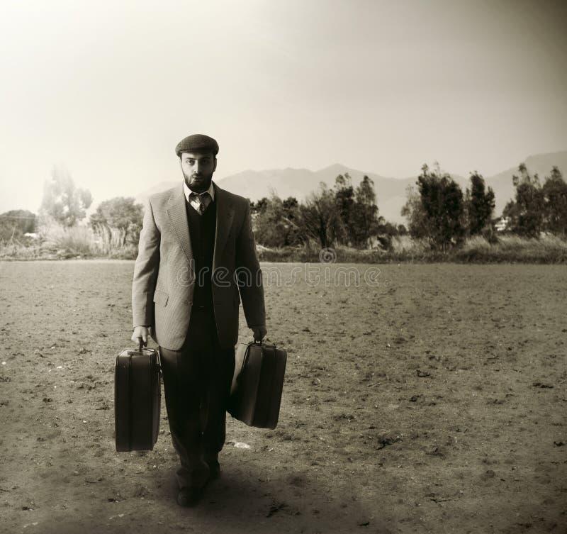 Emigrante con las maletas foto de archivo