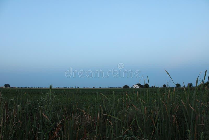 Emilia-Romagna Landschaft nach Sonnenuntergang mit Bauernhof im Hintergrund lizenzfreie stockbilder