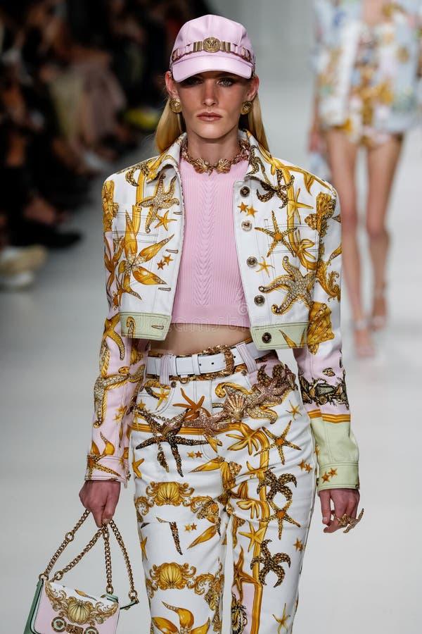Emily Baker loopt de baan in Versace toont tijdens Milan Fashion Week Spring /Summer 2018 stock foto's