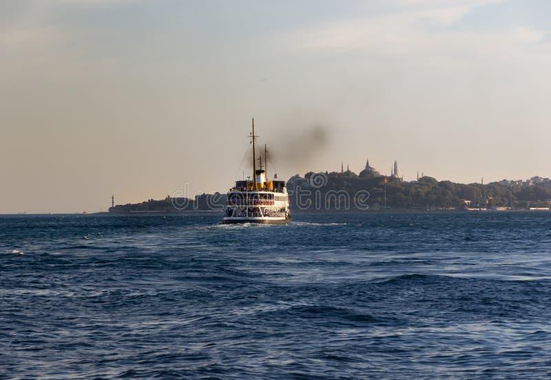 Eminonu的轮渡运载的乘客 库存照片