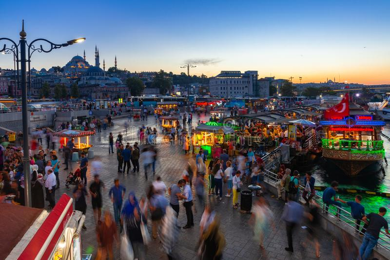 Eminonu fyrkant på skymning, Istanbul, Turkiet royaltyfri bild