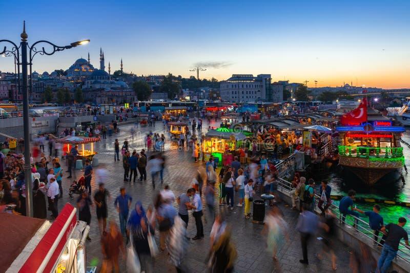 Eminonu kwadrat przy półmrokiem, Istanbuł, Turcja obraz royalty free