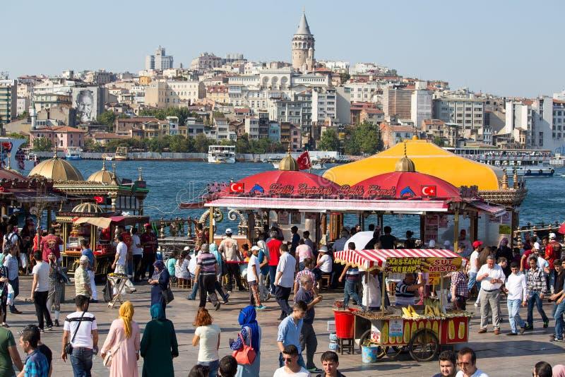 Eminonuhaven, Beyoglu-district over de Gouden Hoornbaai in Istanboel, Turkije stock foto's