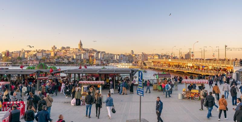 Eminonupiazza met drijvende van de zeevruchtenrestaurants en stad mening met inbegrip van Galata-Toren en Galata-brug, Istanboel, stock foto's