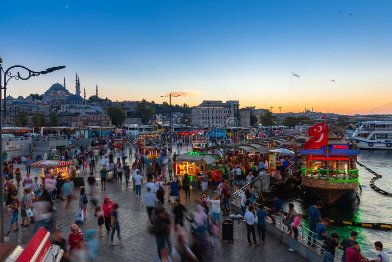 Eminonuvierkant bij schemer, Istanboel, Turkije stock afbeelding