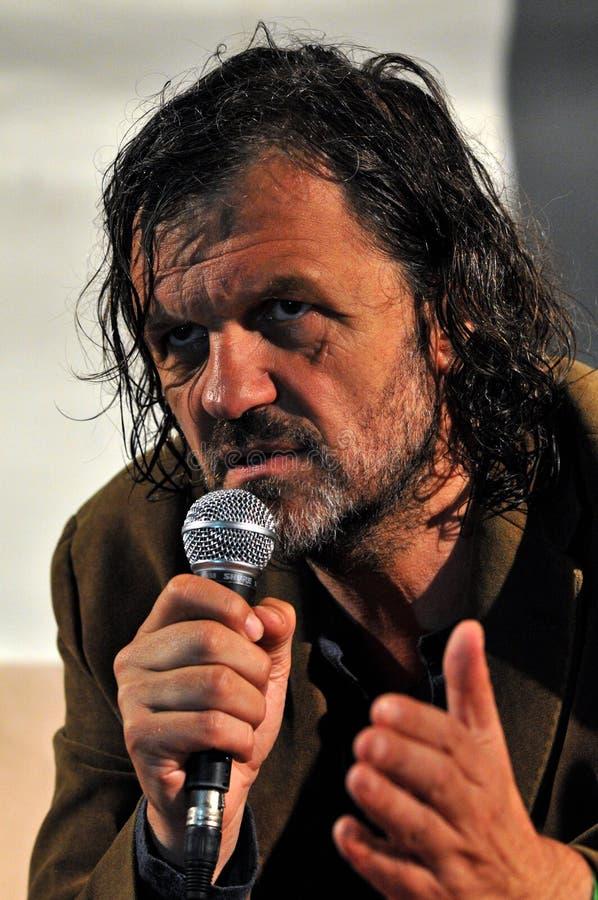 Emir库斯图里察电影导演和音乐家从塞尔维亚回答的问题在新闻招待会期间在他的生活音乐会以后 库存照片
