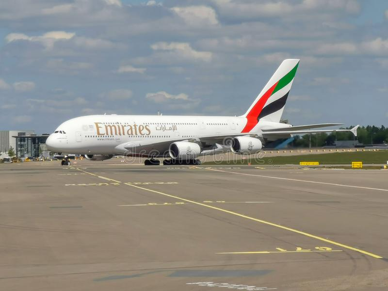 Emirados A380 que taxiing em Schiphol imagem de stock