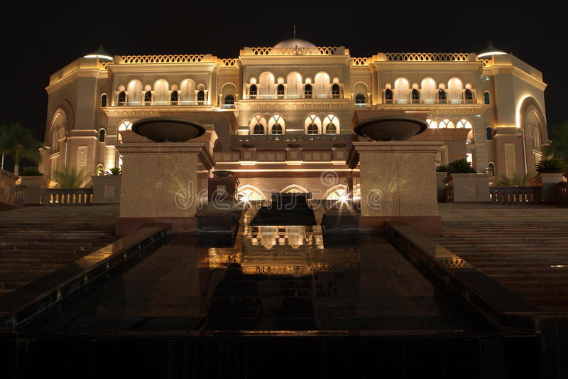 Emirat-Palast. Abu Dhabi. Nacht lizenzfreie stockfotos