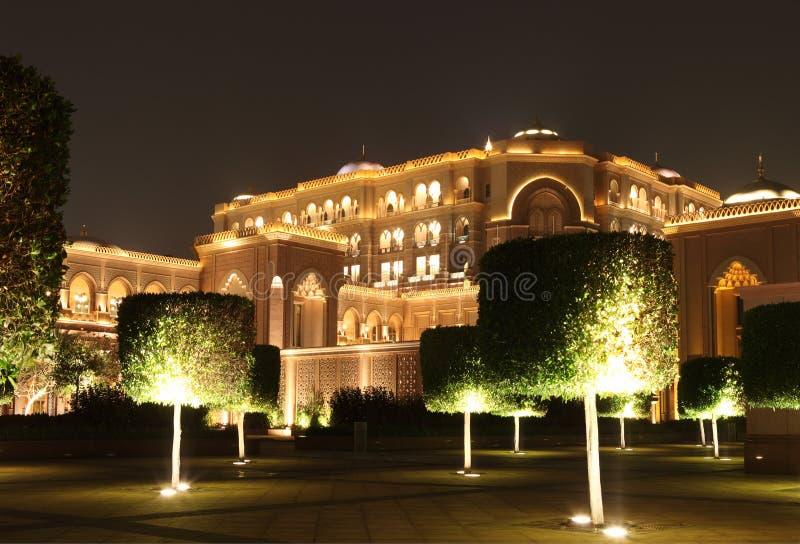 Emirat-Palast-Garten in der Nacht stockfotografie