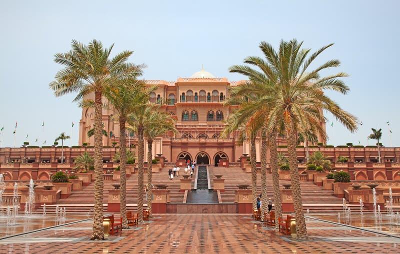 Emirat-Palast Nacht lizenzfreie stockfotos