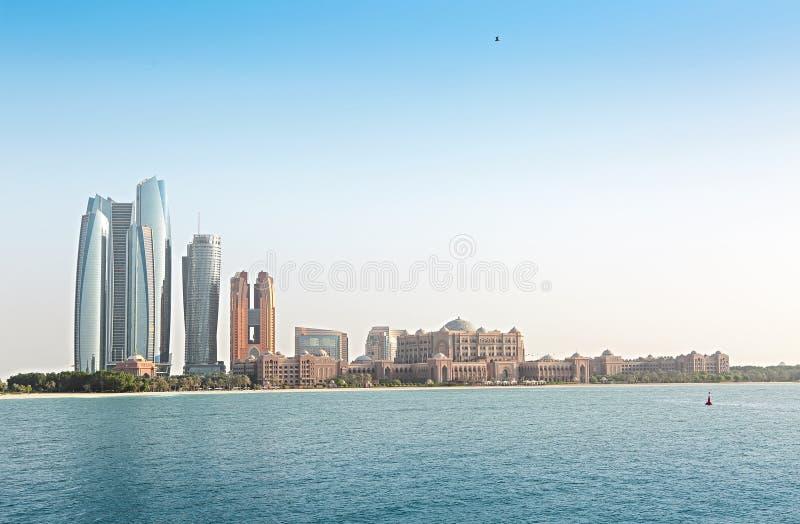 Emirate Palast und Wolkenkratzer von Abu Dhabi lizenzfreie stockfotos