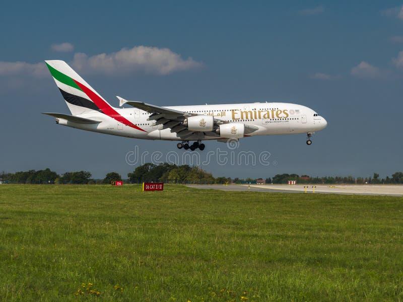 Emiraten Airbus A380 op de luchthaven Vaclav Havel, Praag PRG stock afbeelding