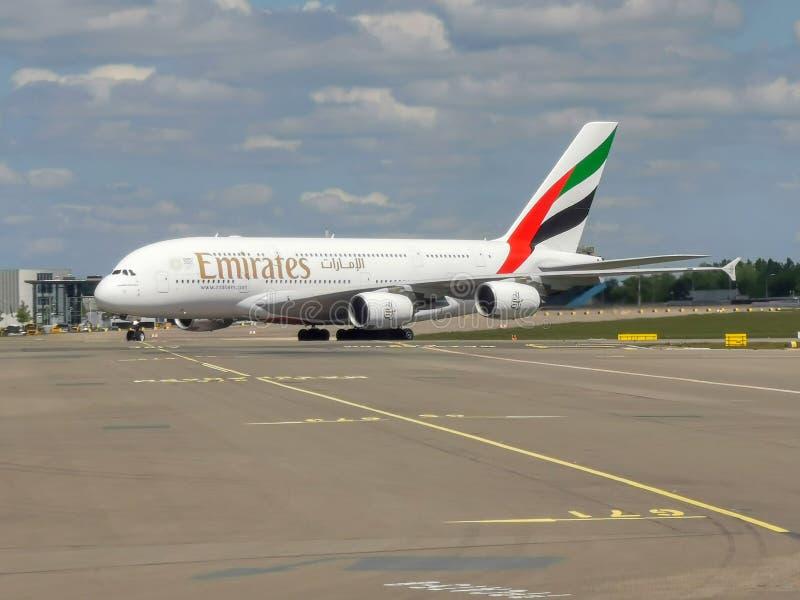 Emirater A380 som ?ker taxi p? Schiphol fotografering för bildbyråer