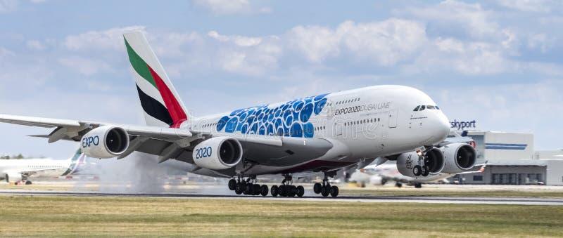 Emirates Airbus A380 mit Blue Expo 2020 Dubai Landung am 8. Juli 2019 in Prag lizenzfreies stockfoto
