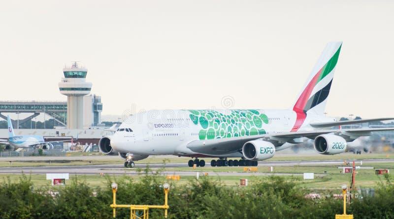 Emirates Airlines Airbus A380-861 décoré dans la livrée 2020 verte d'EXPO arrête la piste devant le contrôle du trafic aérien photographie stock