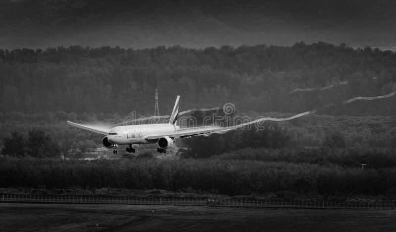 Emiratflygplanlandning med virvel på wingtipen arkivfoton