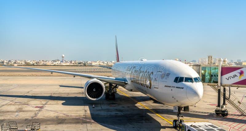 Emirati Boeing 777-300ER all'aeroporto internazionale del Bahrain fotografia stock