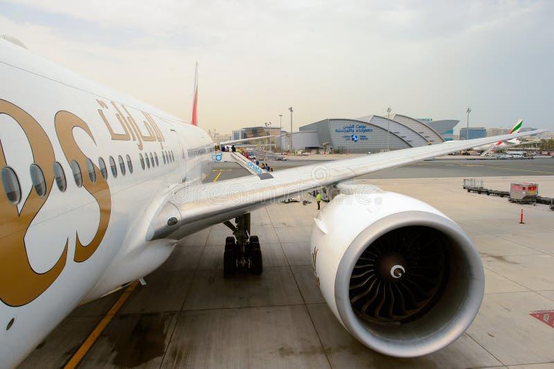 Emirati Boeing 777 nell'aeroporto di Dubai International fotografie stock libere da diritti