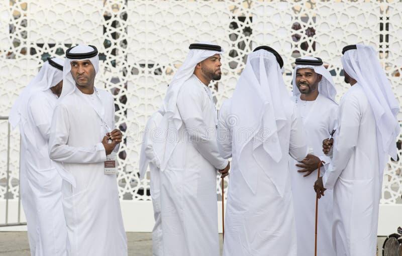 Emiratimensen in traditionele kleding royalty-vrije stock afbeeldingen
