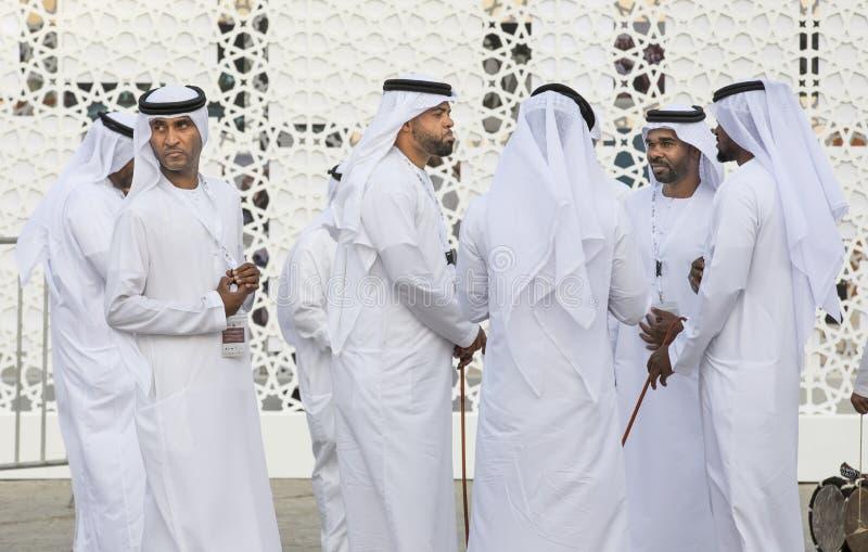 Emiratimensen in traditionele kleding royalty-vrije stock afbeelding