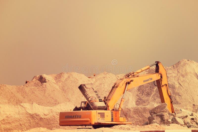 EMIRATOS ÁRABES DE DUBAI-UNITED EL 21 DE JUNIO DE 2017 Excavador de la construcción en Dubai United Arab Emirates imágenes de archivo libres de regalías