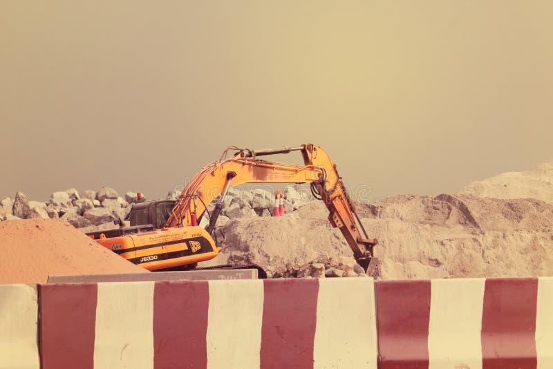EMIRATOS ÁRABES DE DUBAI-UNITED EL 21 DE JUNIO DE 2017 Excavador de la construcción en Dubai United Arab Emirates fotos de archivo