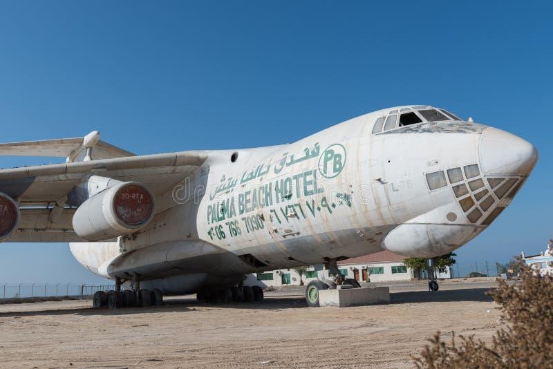 Emiratos Árabes Unidos, Dubai, 07/11/2015, avião de carga abandonado saiu no deserto em Umm Al Quwains imagens de stock royalty free
