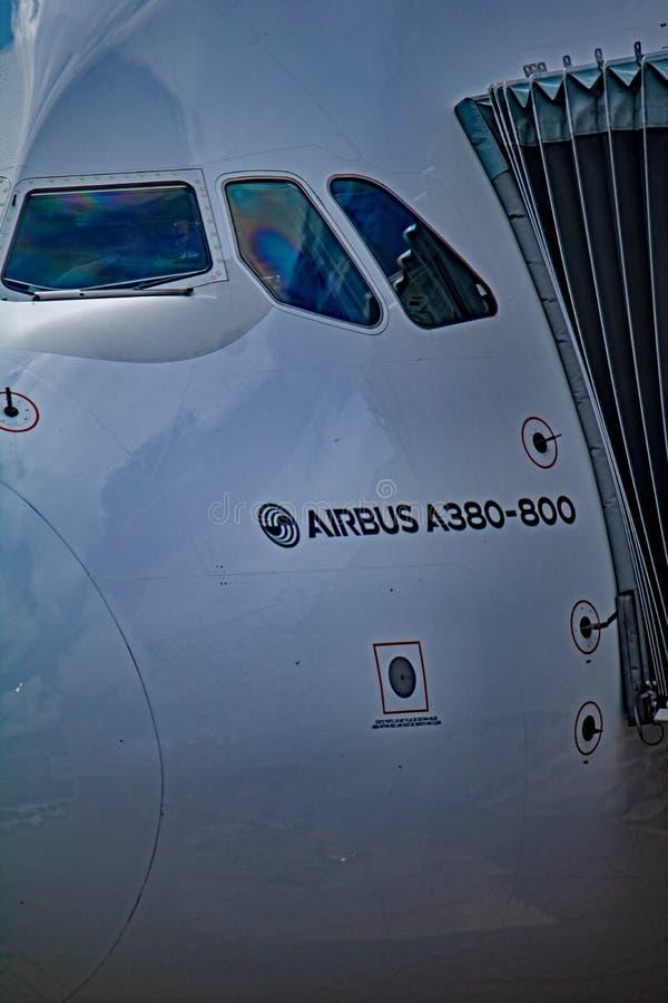 Emiratu Aerobus A380-800 lota pokładu Boczny okno w górę obrazy stock