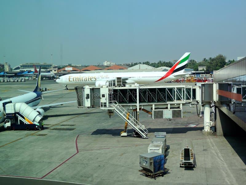 Emiratu lot dostaje przygotowywający dla zdejmował od Mumbai lotniska, India obrazy stock
