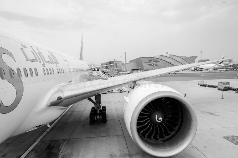 Emiraty Boeing 777 w Dubai International lotnisku zdjęcia royalty free