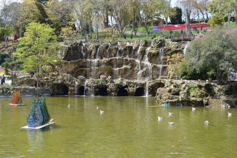 Emirgan-Park in Istanbul, im See und im schönen Wasserfall im Hintergrund, Istanbul stockbilder