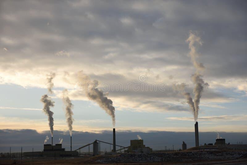 Emisje wzrastające ze stosów dymu w przemysłowej elektrowni węglowej zdjęcie royalty free
