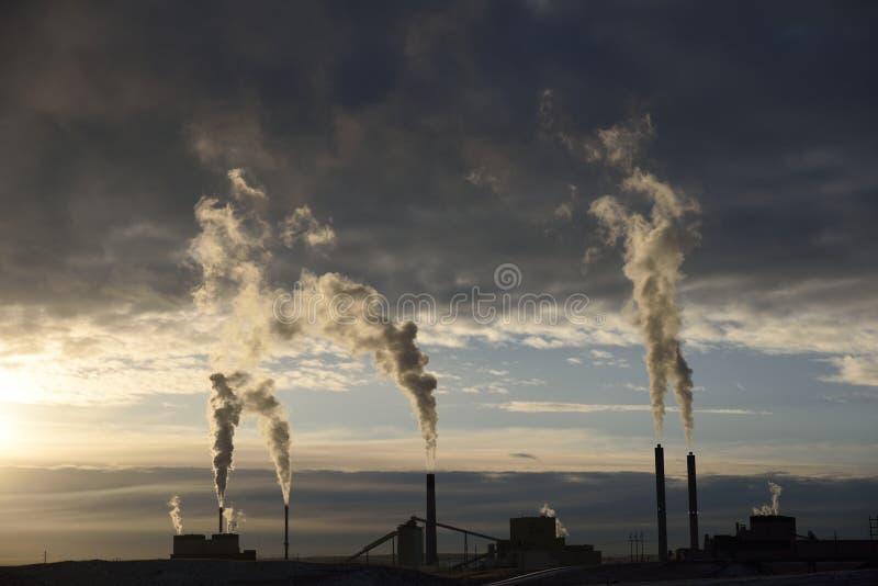 Emisje wzrastające ze stosów dymu w przemysłowej elektrowni węglowej zdjęcie stock