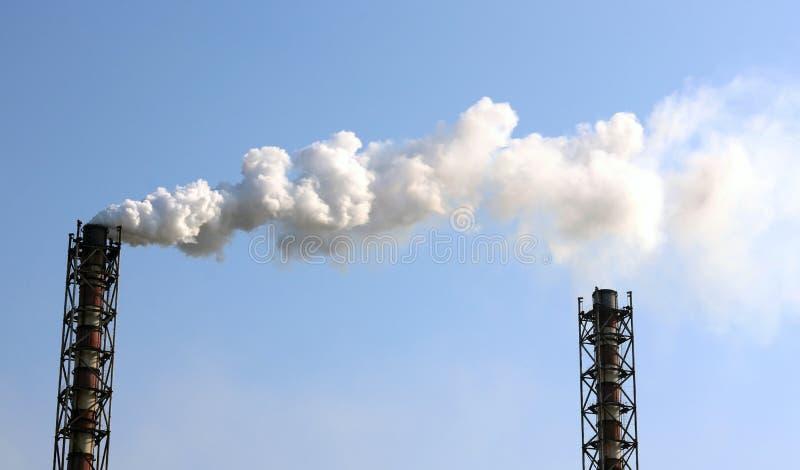 Emissão de fumo das tubulações da fábrica imagem de stock