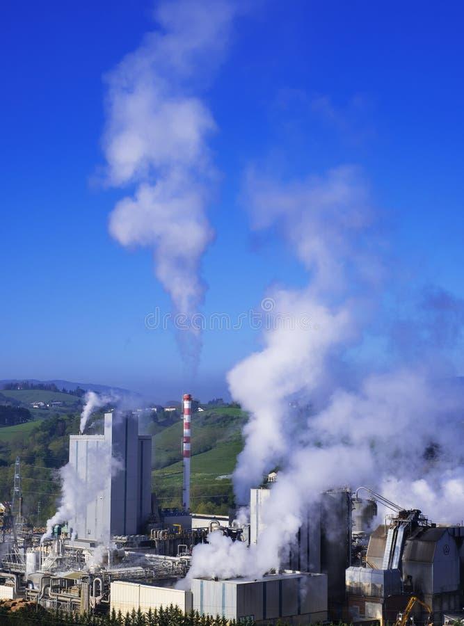 Emissões, chaminés com emissões tóxicas fotografia de stock