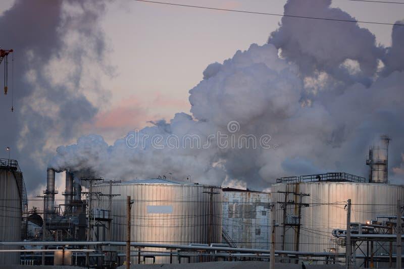 Emissões de gás vomitando da refinaria de petróleo imagens de stock