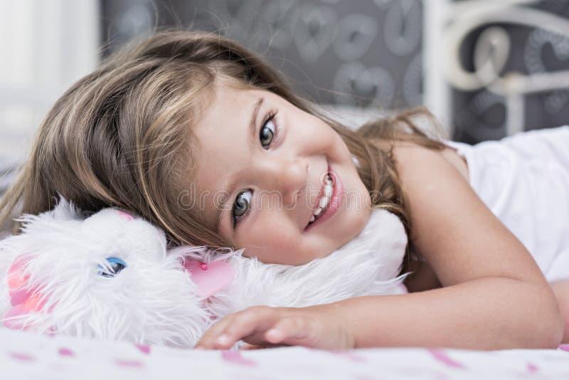 Emma-kleines Mädchen mit grünen Augen lizenzfreie stockbilder