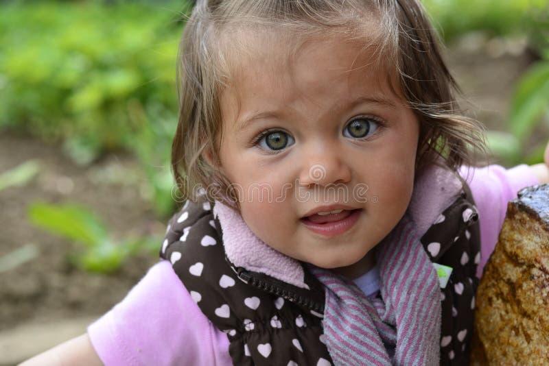 Emma-kleines Mädchen mit grünen Augen lizenzfreies stockbild