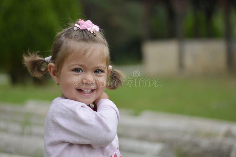 Emma-kleines Mädchen mit grünen Augen stockfoto