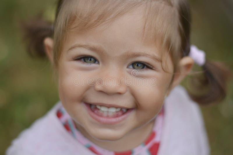 Emma-kleines Mädchen mit grünen Augen stockfotografie