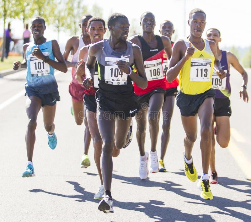Emmanual Bett od Kenja spojrzeń z powrotem gdy prowadzi Lilego Bloomsday 2013 12k Biegającego w Spokane WA zdjęcie stock