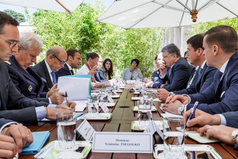 Emmanuel Macron и Petro Poroshenko стоковая фотография rf