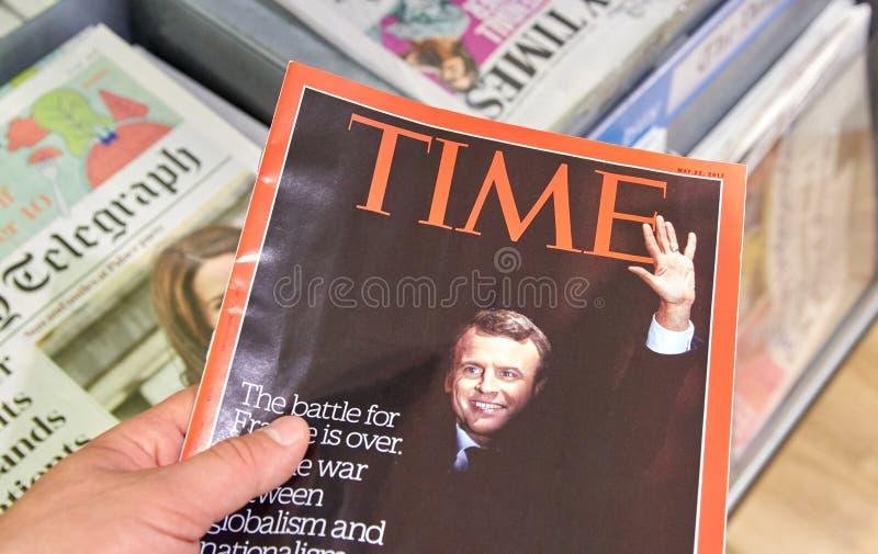 Emmanuel Macron en la página de cubierta de la revista Time imagenes de archivo