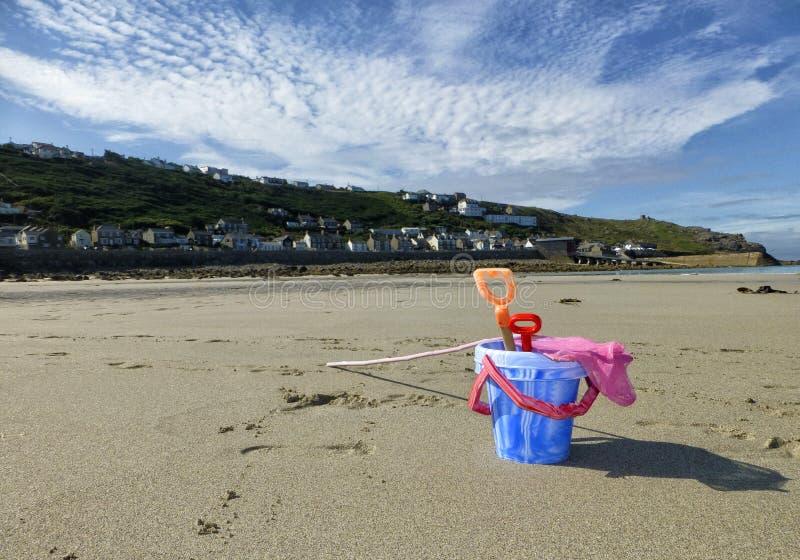 Emmer en spade op een strand stock fotografie