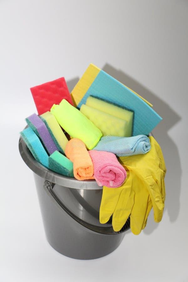Emmer met hulpmiddelen om een flat of een bureau schoon te maken Niemand in de foto royalty-vrije stock foto