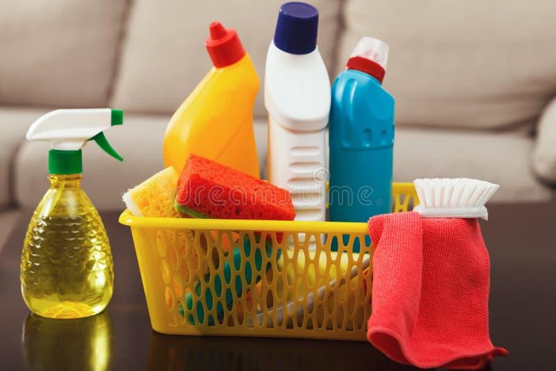 Emmer met sponsen, chemische productenflessen stock afbeeldingen