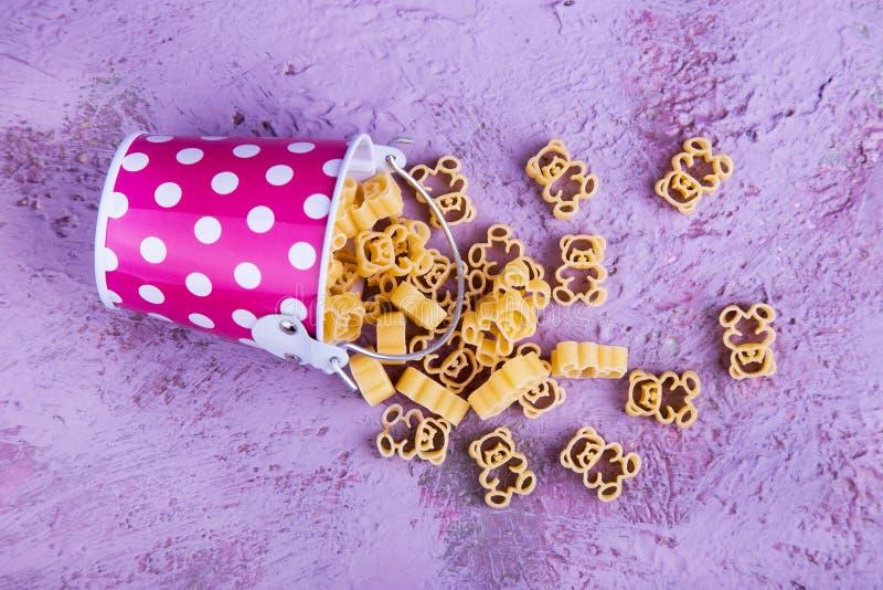 Emmer van macaroni in vorm van beren stock afbeelding