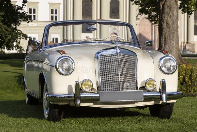 Emmering Tyskland, 19 September 2015: Mercedes-Benz tappningbil arkivbilder
