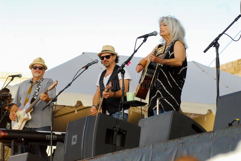 Emmylou Harris och musikband på etapp på den Newport Folkfestivalen royaltyfria foton